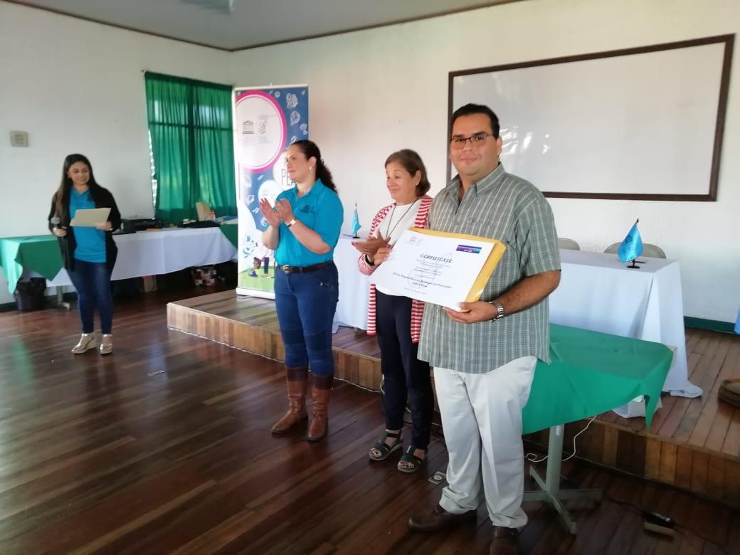 Miembros del Comité Ejecutivo de la CCCU, hacen entrega de los certificados internacionales a los galardonados.