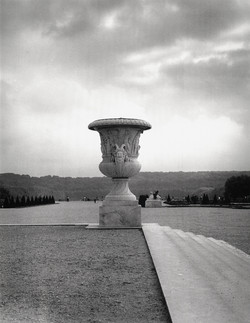 Versailles urn, steps right
