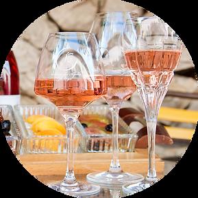 les vins rosés sur la terrasse de la cave la sérine des Alpilles à Orgon
