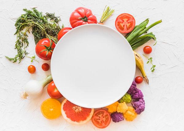 marco-vacio-blanco-sobre-verduras-colori