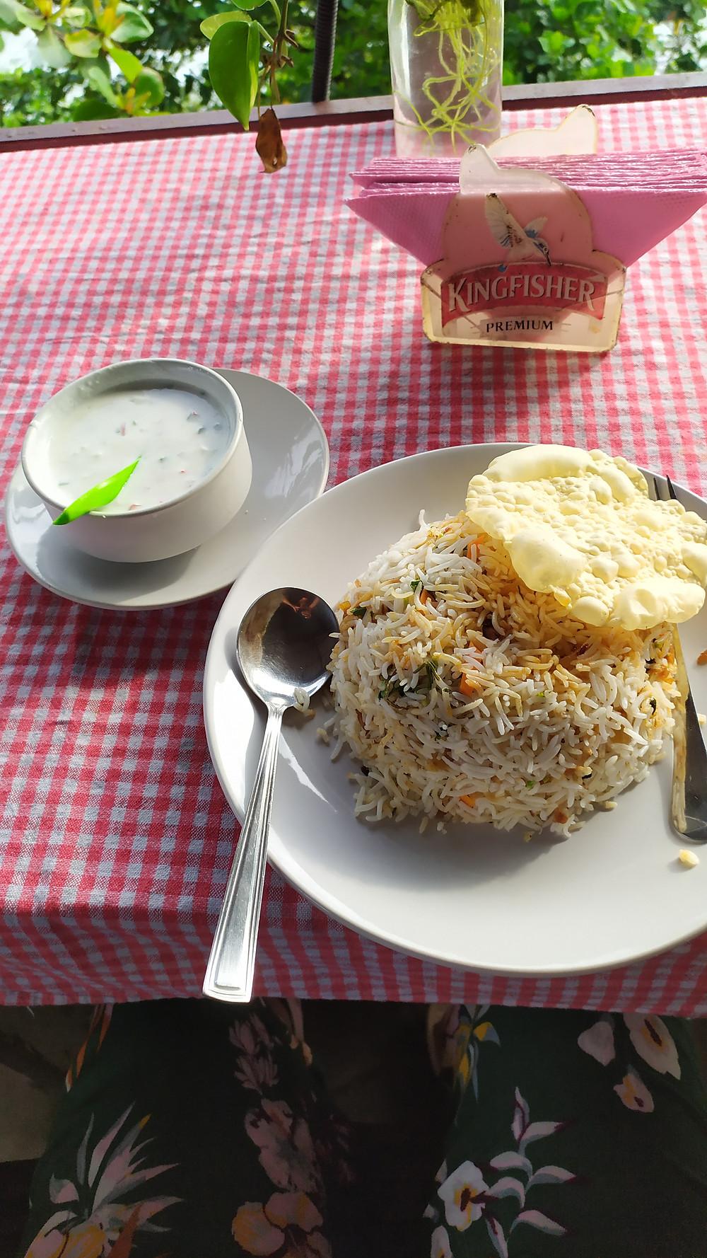 ביריאני במסעדה בוורקלה על הצוק, מאכל אורז עם בשר או דגים טעים בטרוף