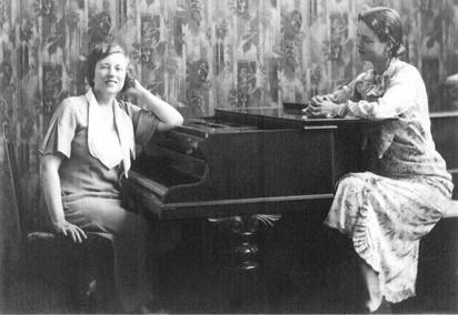 Gena & Gena at the piano