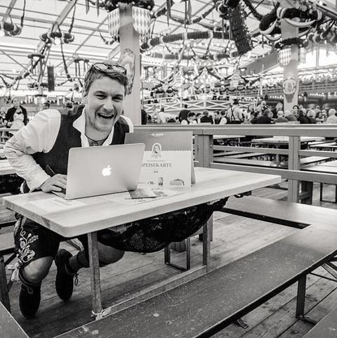 Markus Büttner mgo-media working at the Oktoberfest.