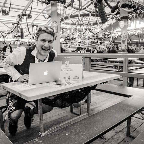 Markus Büttner mgo-media working at the Oktoberfest.