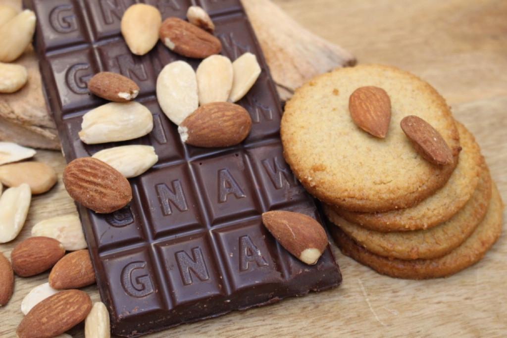 GNAW CHOCOLATE ORGANIC ALMOND BISCUIT DARK CHOCOLATE 100GR UAE