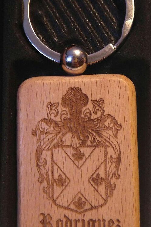 Llavero en madera con el escudo del apellido e historia