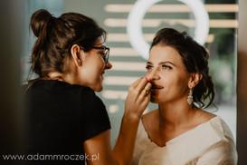 Makijaż ślubny w trakcie wykonywania