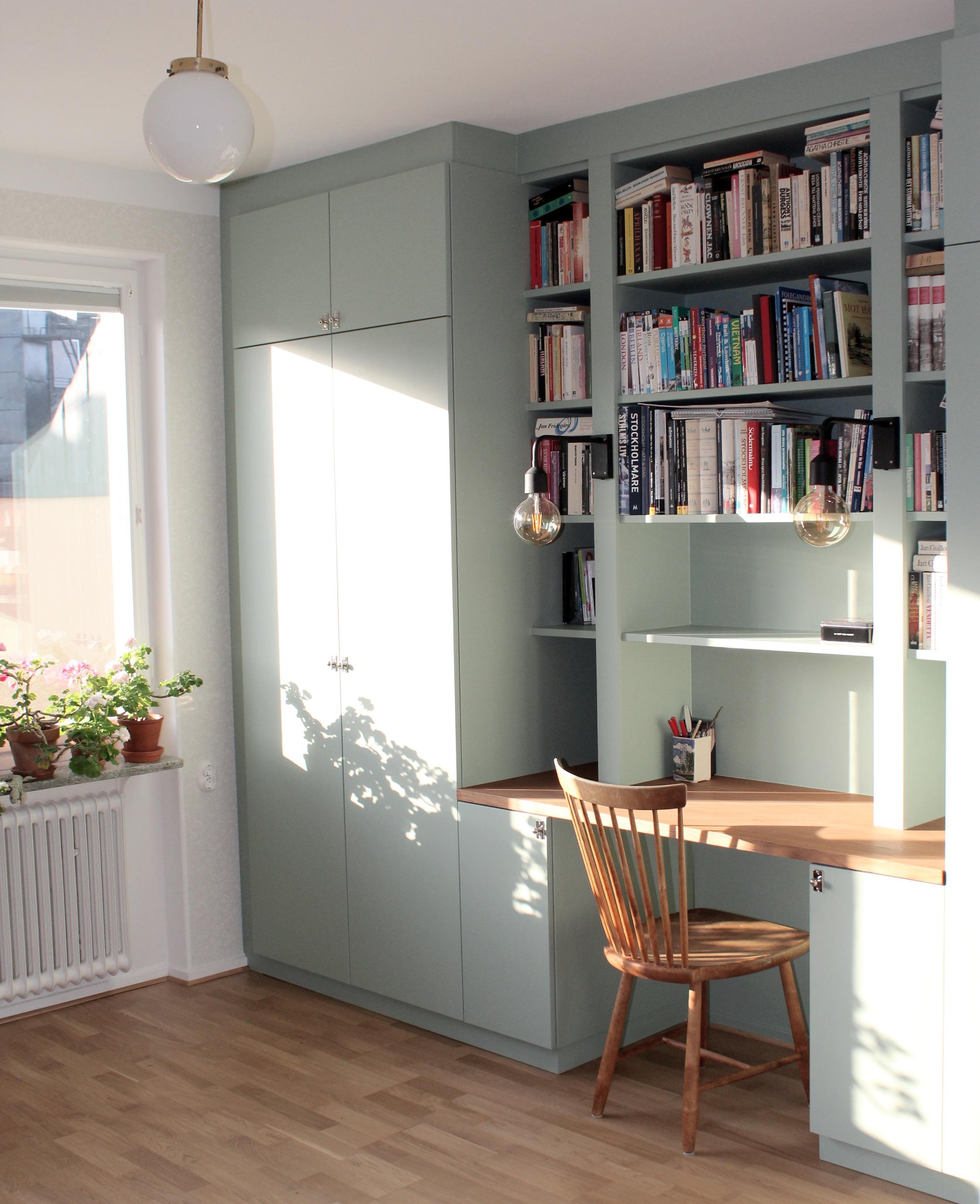Garderob, bokhylla och skrivbord.