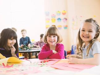 Por qué las niñas lideran en el aula, pero no en la sala de juntas