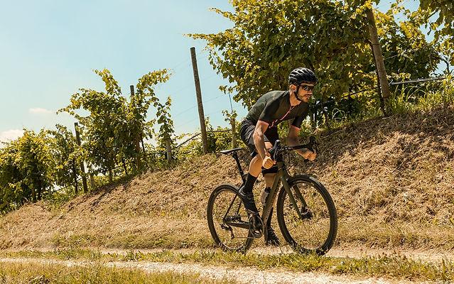 רוכב על אופני גראבל בשטח