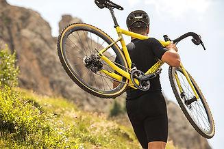 רוכב אופניים סוחב אופני גראבל