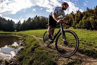 רוכב אופניים על אופני גראבל