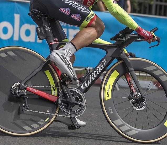 רוכב על אופני כביש עם גלגלי Ursus