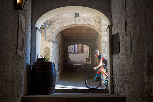 רוכב אופני כביש בשטח בנוי