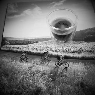 אופניים על רקע כוס קפה - שירות אישי