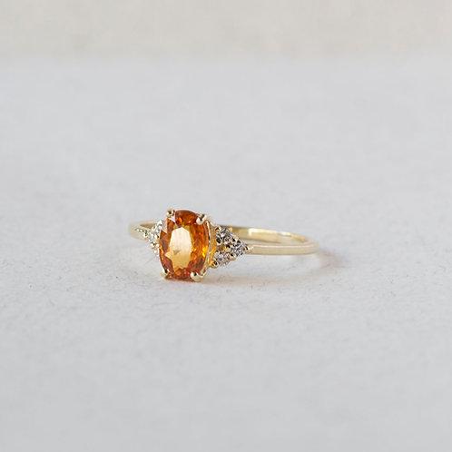 טבעת ספיר כתום אובל עם יהלומים
