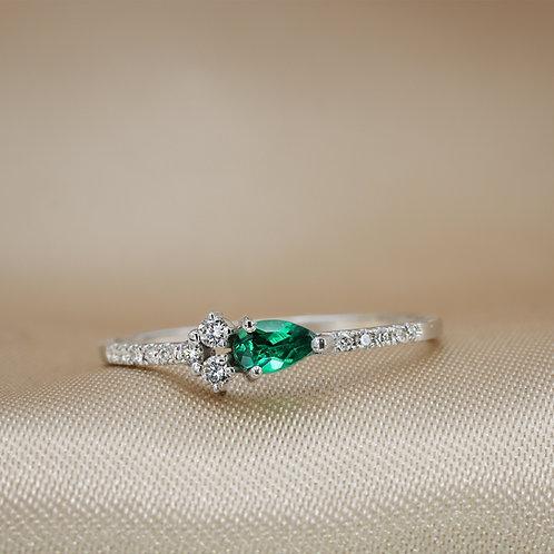 טבעת טיפה אמרלד ומקבץ יהלומים