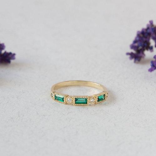 טבעת אמרלד ויהלומים חצי-נצח