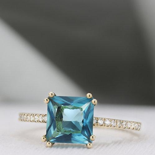 טבעת סוליטייר בלו-טופז משובצת יהלומים