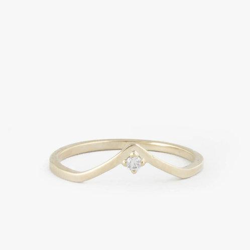 """טבעת """"וי"""" משובצת יהלום"""