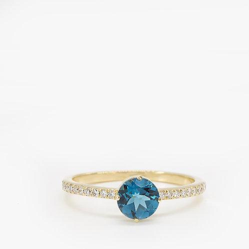 """טבעת סוליטייר מזהב משובצת בלו-טופז 7 מ""""מ"""