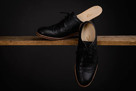 Zirbenholz Einlagen für den Business Schuh.