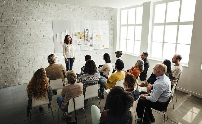 design-team-meeting-presentation-creativ