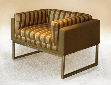 Comfort chair with metal base