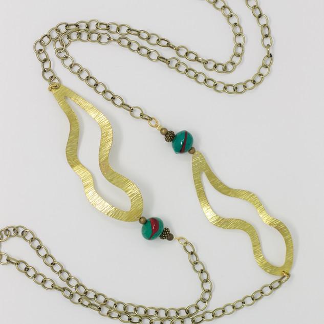 """Grand sautoir """"laiton et perle pétroles"""", éléments découpés et martelés laiton, chaine et laiton et perles vertes pétroles et rouge, verre sodocalcique."""