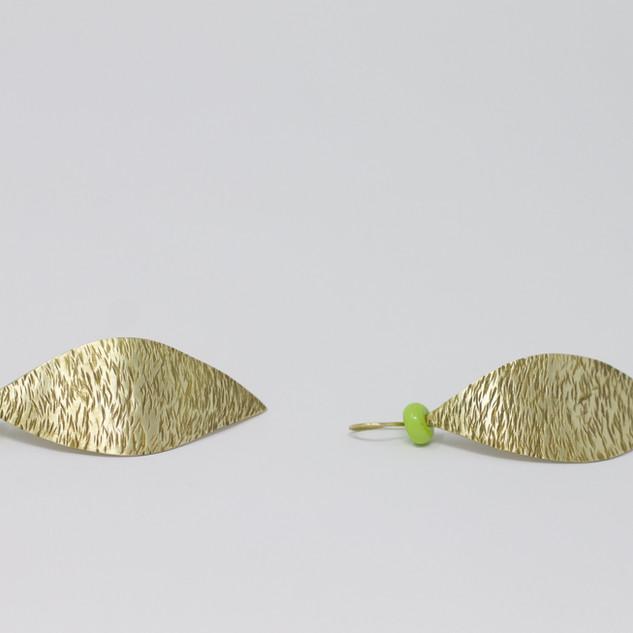 Boucles d'oreilles feuilles et petites perles vertes, verre sodocalcique, laiton découpé et martelé.