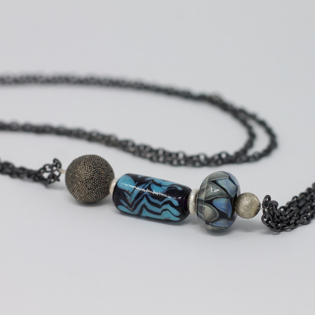 Sautoir, bleu et gris, montage sur chaine maillechort, perle en argent, perles noirs, grises et bleus, verre sodocalcique.
