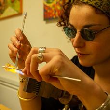 Solène travaillant le verre au chalumeau.