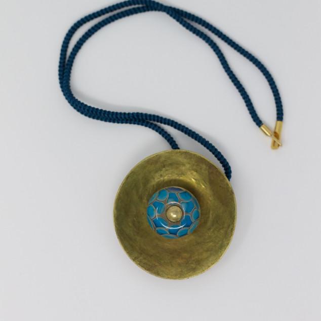 """Grand pendentif """"bleu"""", laiton, découpé, martelé et emboutis, perle bleu écailles, verre sodocalcique, montage sur cordon de soie bleue, fermoir vermeil."""