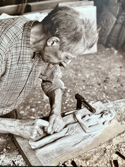 L'arrière grand-père de Solène, sculpteur sur bois en Bretagne.