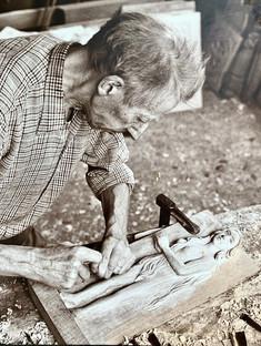L'arrière grand père de Solène, sculpteur sur bois en Bretagne.