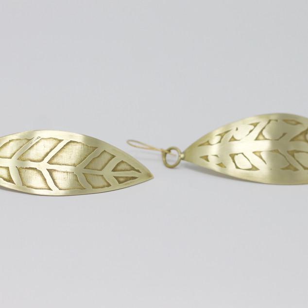 Grandes boucles d'oreilles feuilles, laiton découpé, motifs gravés, technique de l'eau forte.
