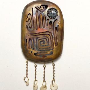 """Sculpture boite murale """"Amulette de chance""""."""
