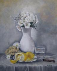 White marguerites and lemons