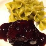 牛すね肉の赤ワイン煮込み グリンピースで合えたファルファッレ