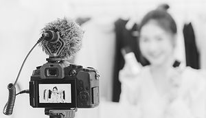blogger-video-editing-video-camera_edite