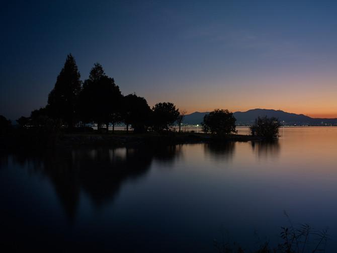 湖岸、夕暮れ