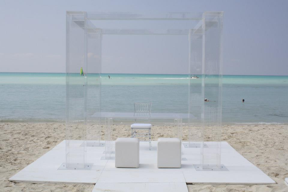 Lucite-Chuppah-Aruba-table-set-ocean