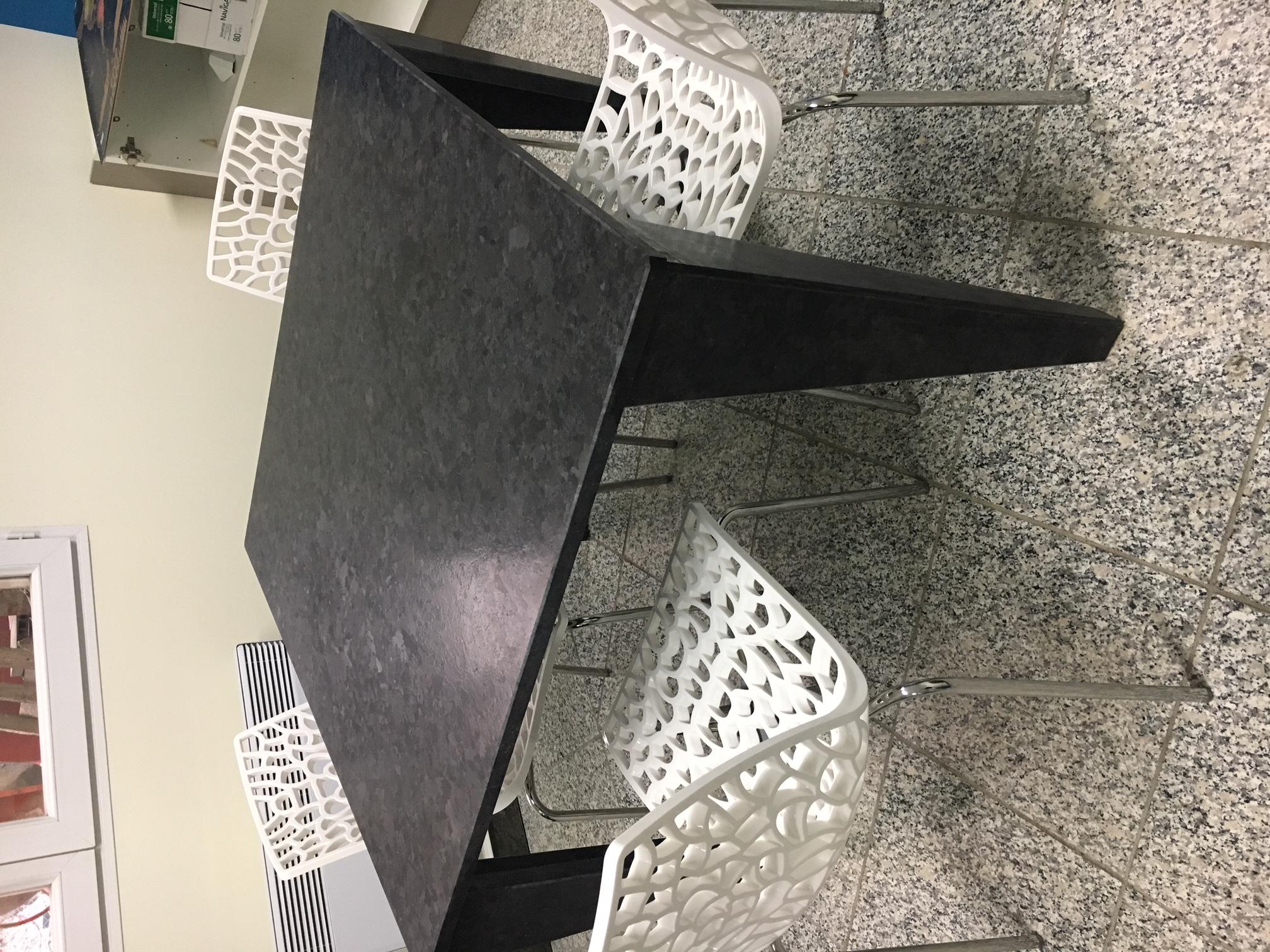 table carrée en granit Antic Brown