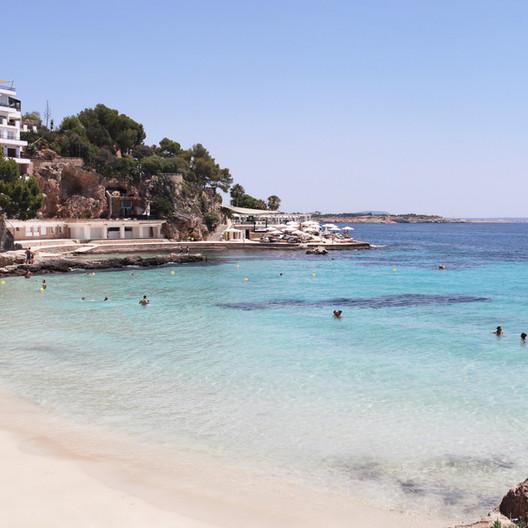 Playa Illetas - Busy and fun beach