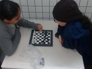 Aula de xadrez com os alunos do 5° ano A