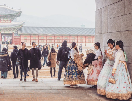 Young girls in traditional Korean Dresses