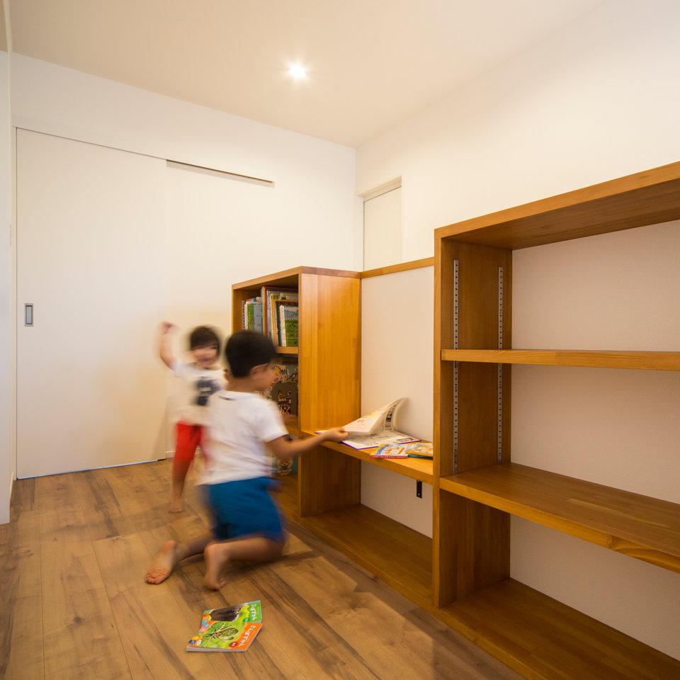 造作の棚で家の中もすっきり整理整頓。