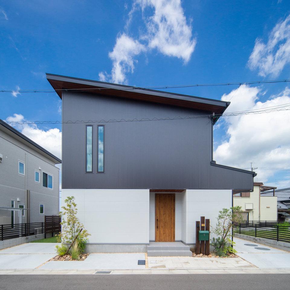 ツートーンカラーと細長い2つの窓が特徴的な外観