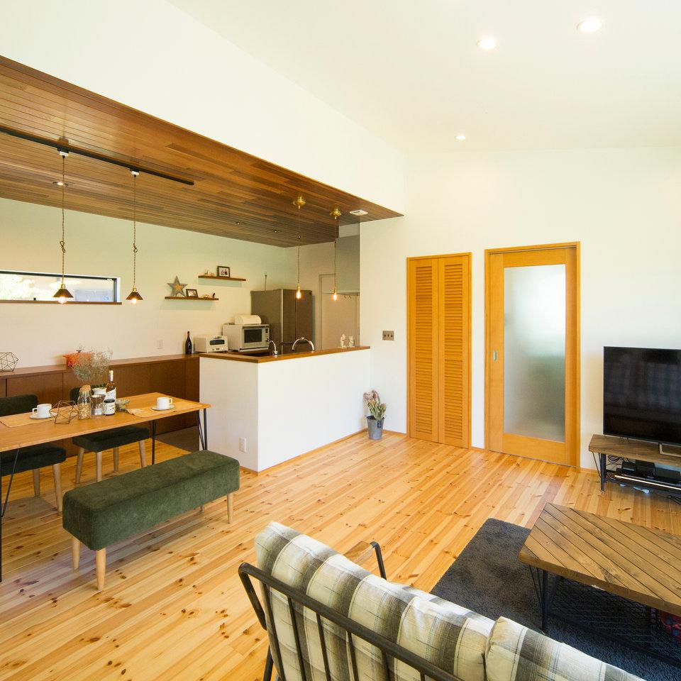 リビングとキッチンとで、天井の素材を分けているから、空間にメリハリがつく。