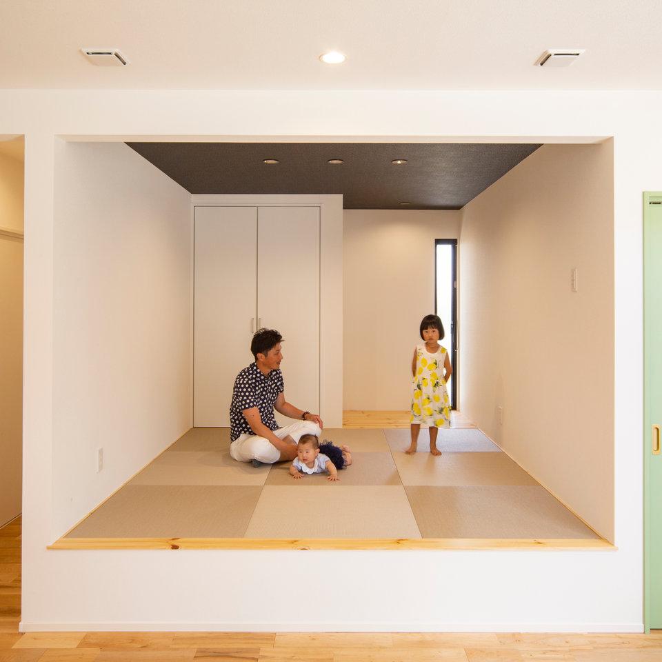 空間にメリハリが付く小上がりの和室は、のんびりくつろげる空間。
